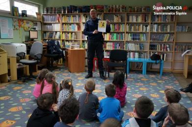 Dzielnicowy na spotkaniu w Bibliotece Miejskiej