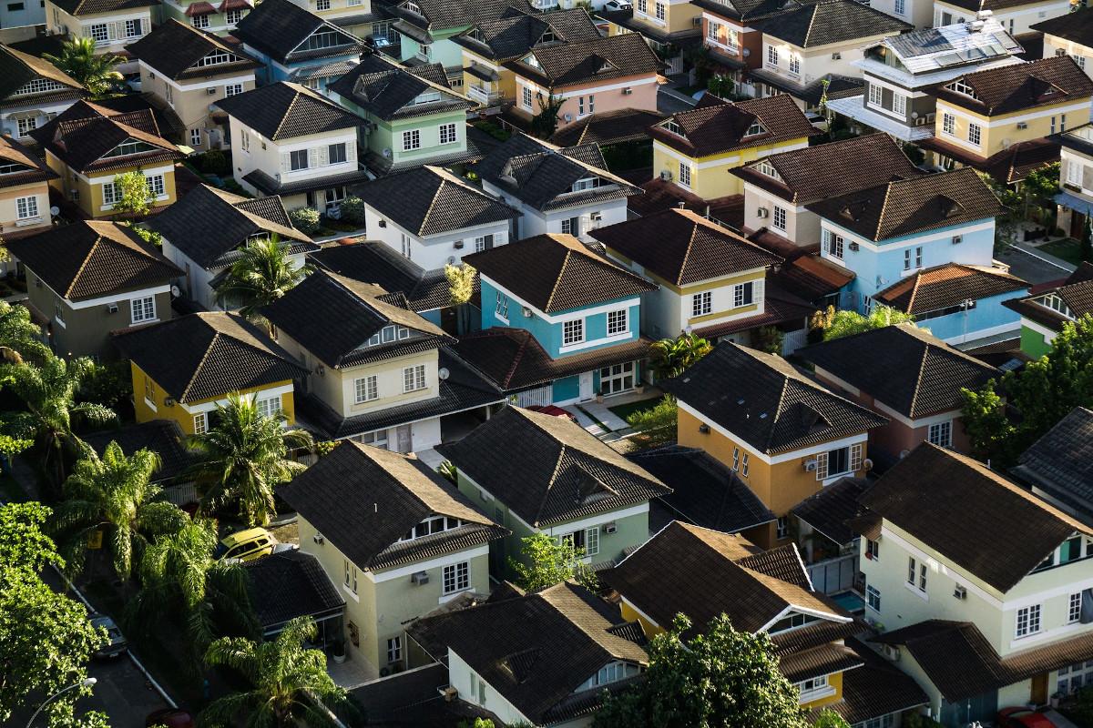 Projekty domów z garażem - jak odnajdą się na wąskiej działce?